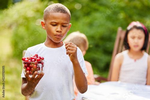 Fotografía  African child nibble cherries