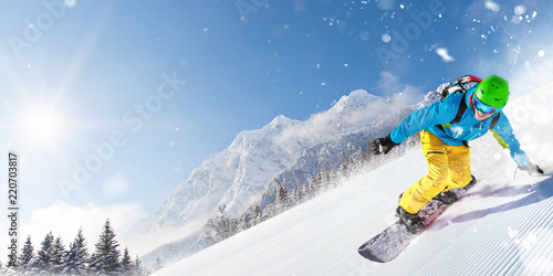 Spoed Foto op Canvas Wintersporten Man snowboarder riding on slope.
