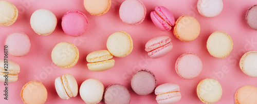 Photo sur Aluminium Macarons Top view of colorful macaron or macaroon on pink background.