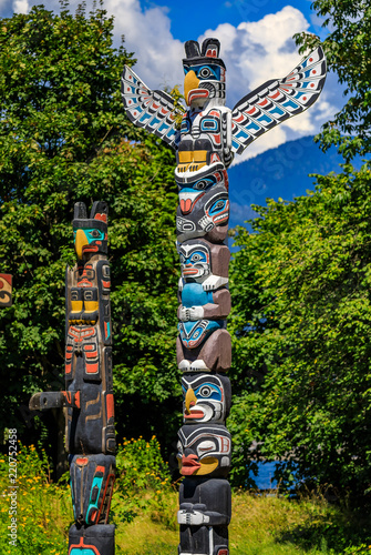 Photo  First Nations American Indian totem poles in Stanley Park in Vancouver Canada