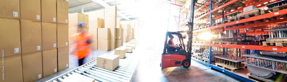 Fototapeta Transport und Logistik - Arbeiter im Versandlager mit Gabelstapler // Transport and logistics - dispatch warehouse with forklift trucks and conveyor belt with parcels