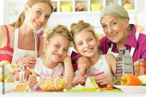Foto  Portrait of a mom and daughters cook