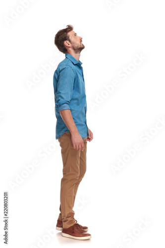 Foto side view of a casual man looking up at something