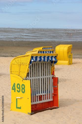Strandkörbe am Strand der Nordsee bei Ebbe
