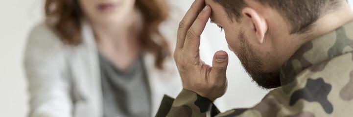 Zakończenie smutny żołnierz z PTSD opowiada o jego obawach z psychiatra obsiadaniem w zamazanym tle