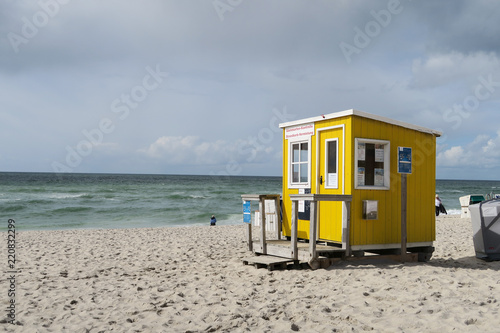 Cuadros en Lienzo Cute bright yellow wooden cabin at beachside | Tiny house built on sand at seasi