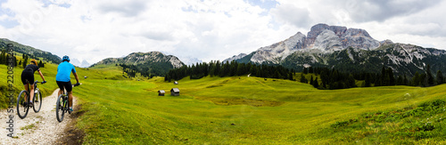 Foto auf Gartenposter Radsport Mountain cycling couple with bikes on track, Cortina d'Ampezzo, Dolomites, Italy