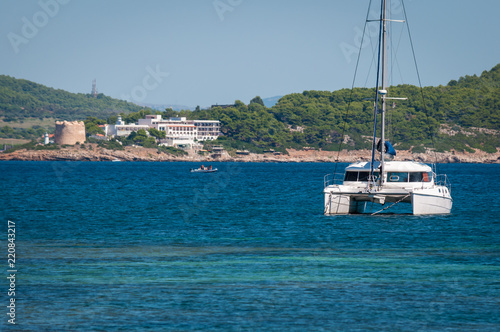 Photographie catamaran moored in a cove