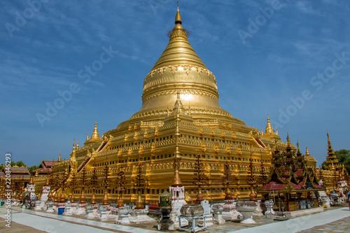 Keuken foto achterwand Temple A circular gold leaf-gilded stupa at Buddhist temple The Shwezigon Pagoda or Shwezigon Paya, Nyaung-U, Bagan Myanmar.