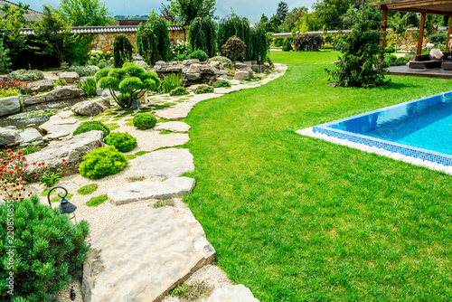 Photo sur Aluminium Blanc A country house with a beautiful backyard behind the house, landscape design