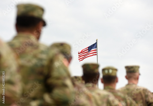 Obraz American Soldiers and US Flag. US troops - fototapety do salonu