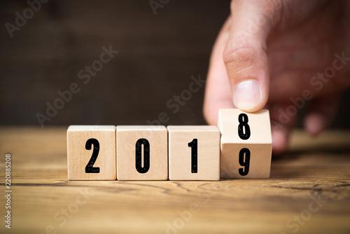 Fototapeta Hand dreht Würfel und symbolisiert Jahreswechsel zwischen 2018 und 2019 obraz na płótnie