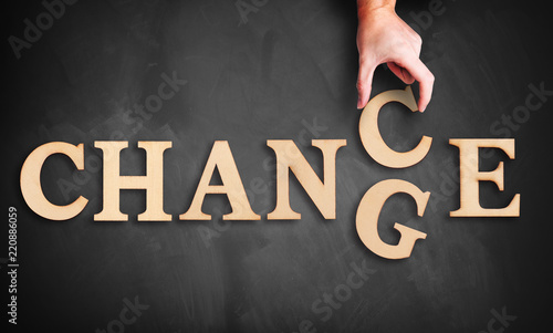 """Fotografía  Hand changes one of six letters, turning the word """"change"""" to """"chance"""""""