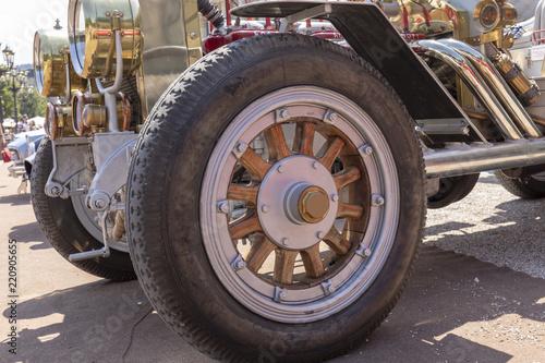 Fotografia, Obraz  Detailaufnahme vom Oldtimer Reifen mit Holzfelge