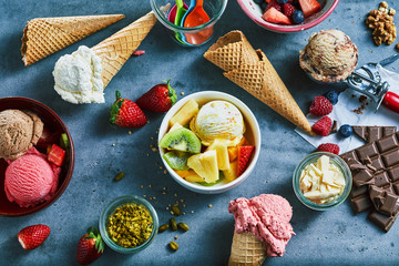 Obraz na Szkle Flat lay of assorted ice cream with ingredients