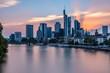 Frankfurter Skyline während des Sonnenuntergangs über dem Main, Blick auf das Bankenviertel - Sonnenuntergang mit roten und blauen Pastellfarben
