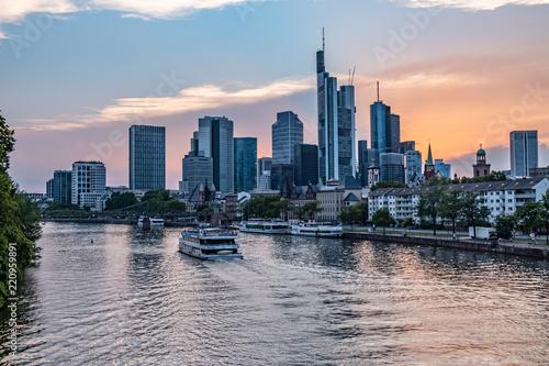 Printed kitchen splashbacks Australia Frankfurter Skyline während des Sonnenuntergangs über dem Main, Blick auf das Bankenviertel - Ein Boot fährt über den Main - Sonnenuntergang mit roten und blauen Pastellfarben