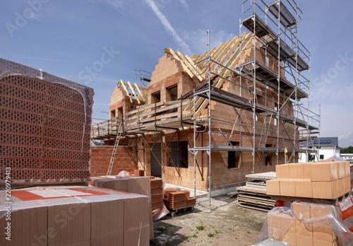 Obraz Neubau und Rohbau von einem Haus - fototapety do salonu