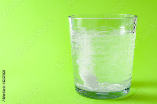 Photo Cold and flu treatment and headache medicine concept with a effervescent aspirin