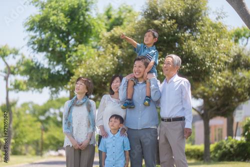 Obraz na płótnie 公園で微笑む三世代家族