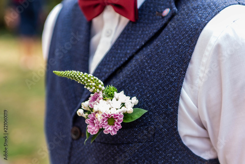 Photographie Pink flowers boutonniere flower groom wedding coat with vest