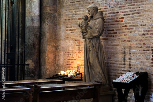 Photo Saint Anthony of Padua holding baby Jesus statue in Saint Sernin church, Toulouse, France