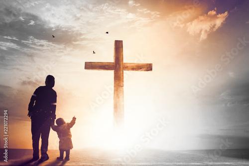 Koncepcja pochwały i uwielbienia: sylwetka chrześcijańskich modlitw podnoszących rękę podczas modlitwy do Jezusa
