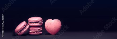 Papiers peints Macarons macaron rose sur fond noir,pâtisserie