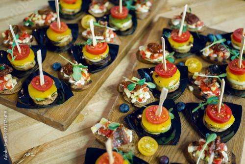 In de dag Buffet, Bar Buffet with snacks at the festive banquet