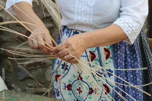 Fotografía  Mujer realizando cestas de mimbre