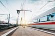 Zug fährt mit hoher Geschwindigkeit