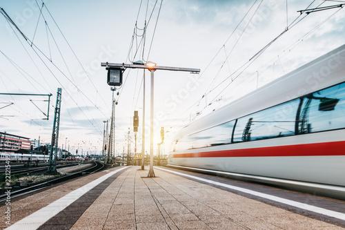Obraz Zug fährt mit hoher Geschwindigkeit  - fototapety do salonu