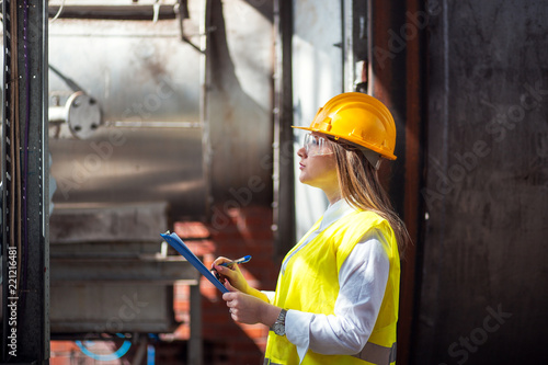 Foto Portrait of female quality inspector