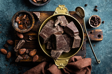 Obraz na Szkle Dark chocolate pieces crushed and cocoa beans. Chocolate background