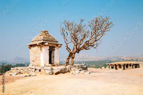 Spoed Foto op Canvas Bedehuis Hemakuta Hill Temple, ancient ruins in Hampi, India
