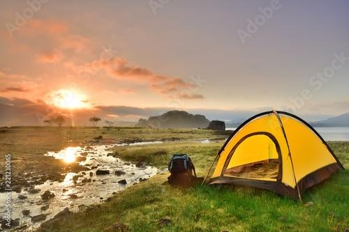 Leinwand Poster 朝日の湖畔・キャンプの風景
