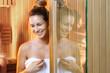Relaks w saunie. Piękna kobieta w saunie.