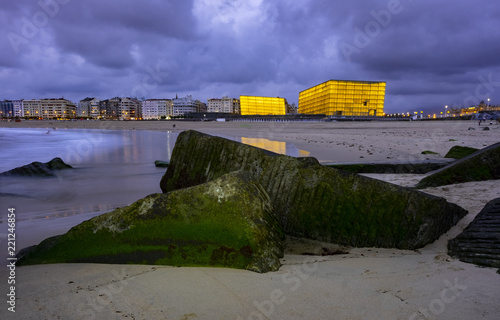 Photo SAN SEBASTIAN, SPAIN - SEPTEMBER 5, 2018: Kursaal auditorium illuminated , inter