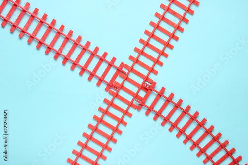 Poster Voies ferrées Toy railroad tracks on blue pastel background. Top View.