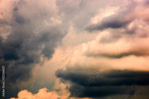 Foto  Dramatic sky in yellow tones
