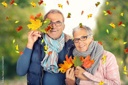 Fotografiet  lebensfrohes Seniorenpaar im Herbst