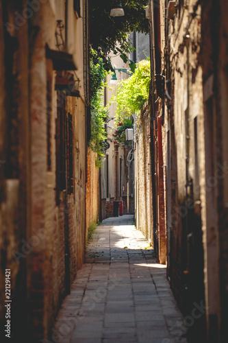 Staande foto Smal steegje Gasse in Venedig