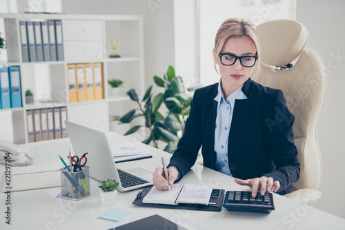 Fotografía  Portrait of hard working trendy expert in eyeglasses counting bu