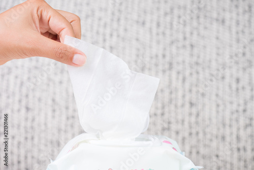 Fotografía  Closeup woman hand holding wet wipes from package
