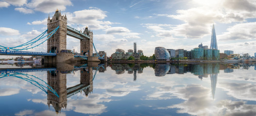 Die Skyline von London: von der Tower Bridge bis zur London Bridge mit Reflektionen in der Themse, Großbritannien