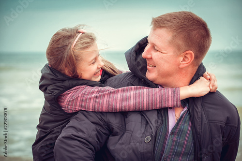 Fotografia  Father And Daughter Walking On Winter Beach