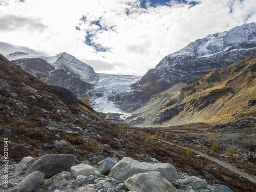In de dag Alpen Le val d'Anniviers dans les Alpes valaisannes en Suisse. Le barrage et le glacier de Moiry dominés par le massif du Grand Cornier