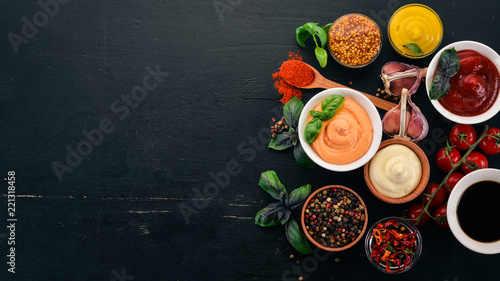 Photo  Set the sauces on a black wooden background