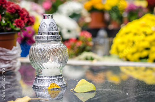 Fotografia candle on grave in All Saints Day