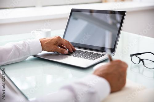 Cuadros en Lienzo  Businessman's Hand Using Laptop